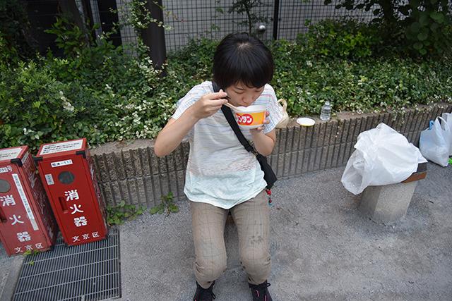 まずは弥生児童遊園でワンタンと鮭茶漬けのカップを食べた。お腹が空いていた訳ではなく、これが無印良品タイプの弥生土器作りに必要なのだ。
