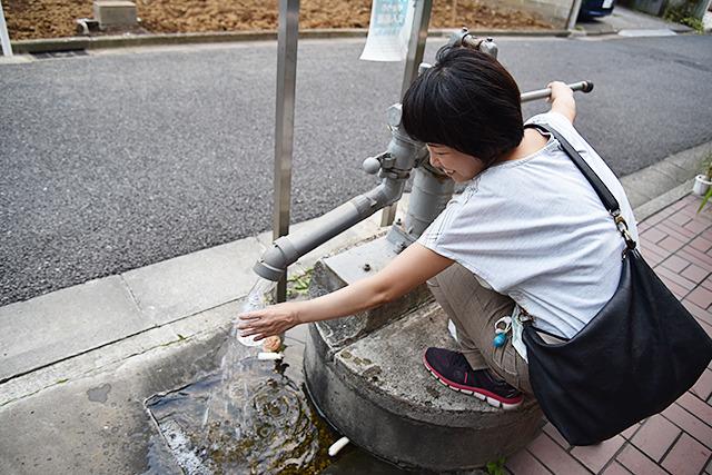 そのすぐ近くに見つけた井戸の水をもらい、