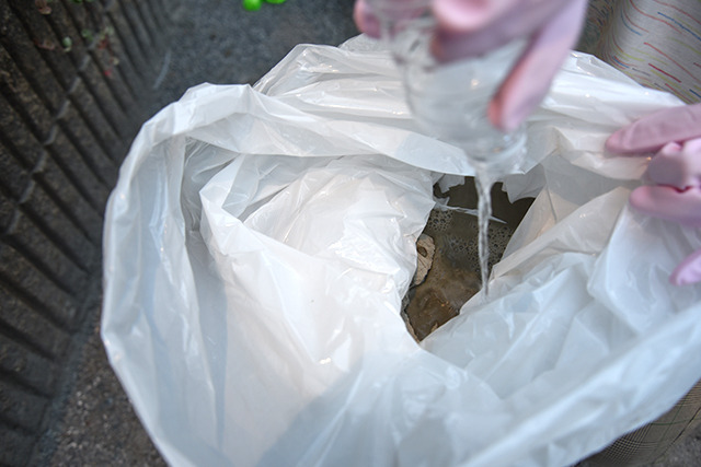 さっきコンビニで買ったゴミ袋にセメントと水を入れ混ぜる。