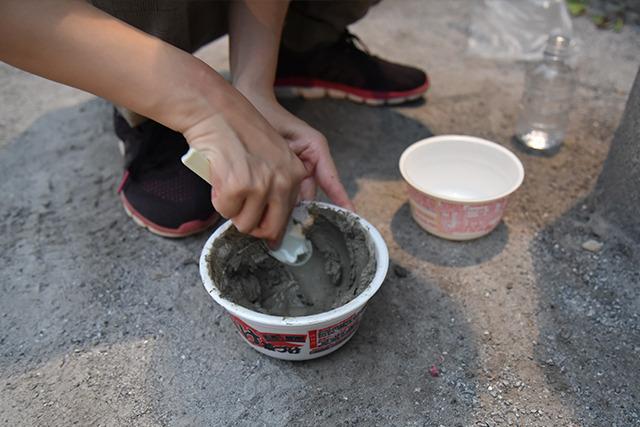 大きいカップに粘土を入れ、一回り小さいカップで上から抑えて整形する。後でカップを剥がせば表面がツルツルになるという算段。
