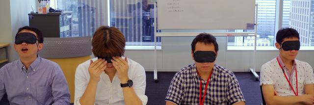 カラスヤサトシさんと秋田書店の方々にアイマスクをつけさせる