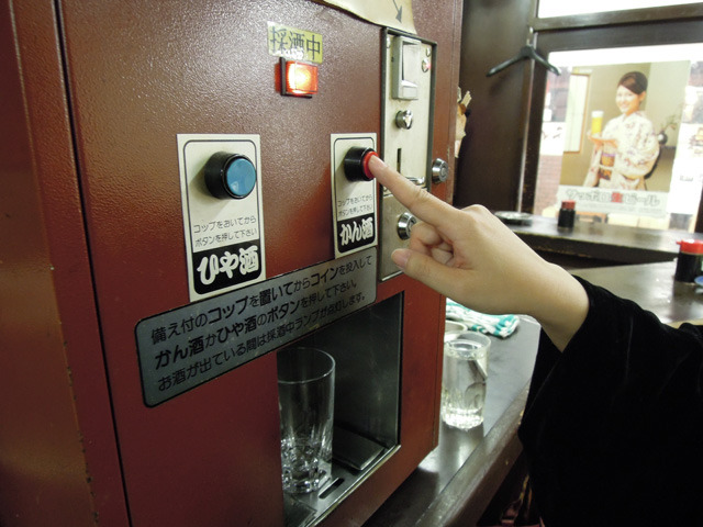 コップをセットして「かん酒」を選んでボタンを押すと