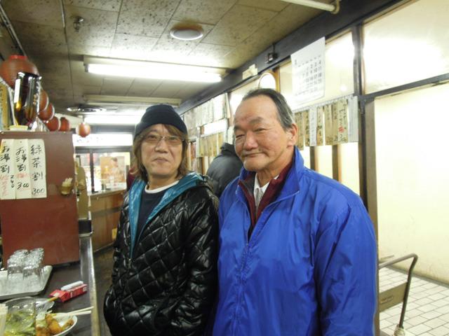 野毛の飲み屋の店主(左)と白楽からお越しの常連さん