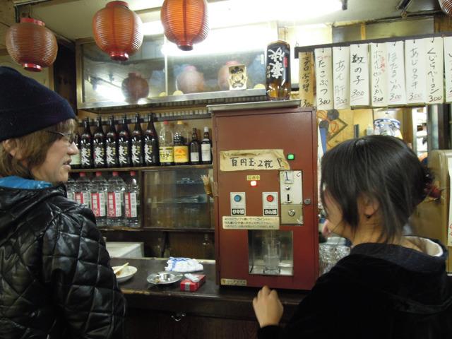 「おごってあげるよ!」と野毛の店主さんに日本酒マシーンでご馳走になる