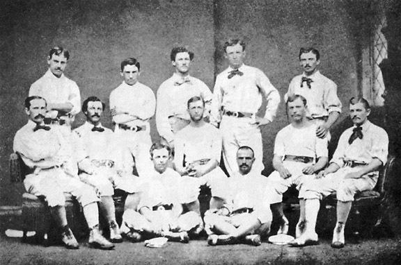 こちらはwikipedia「野球ユニフォーム」の頁から拝借した1874年フィラデルフィア・アスレチックスのユニフォーム。蝶ネクタイ? リボン? を合わせるなど、とてもオシャレだ。特に後列の右から二番目の人などは、そのままパーティーにも出かけられそうな紳士っぷり