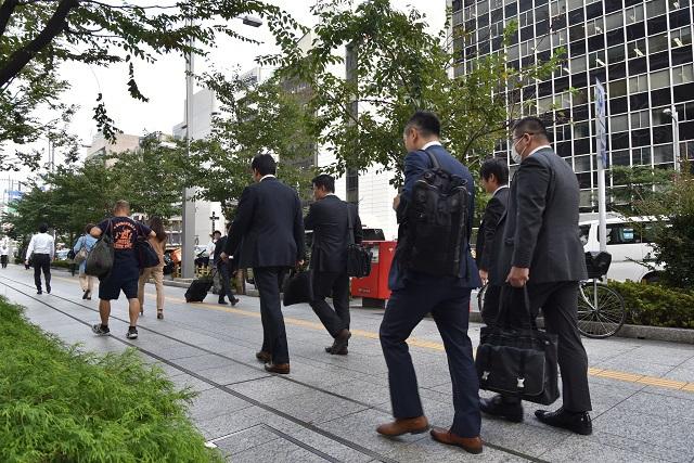 スーツ姿のビジネスマンが行き交う平日昼間の東京八重洲