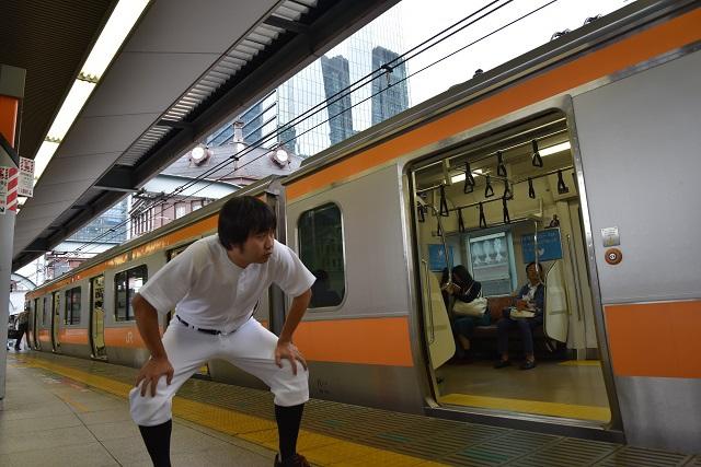いたたまれなくなって場所を移動、電車に駆け込みスチールを決めた