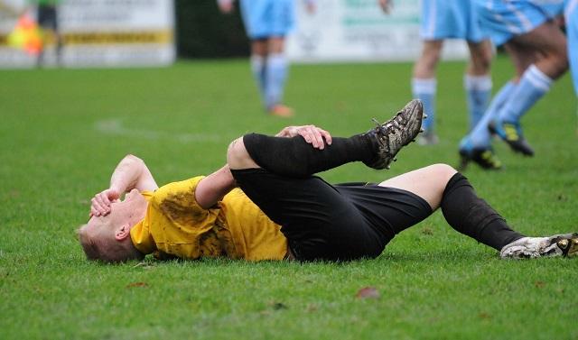 あんなに激しいスポーツなのに薄着すぎるのだ、サッカーは