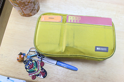 健太郎くんの現在の学校用筆箱。すでにもう文房具入りすぎて膨張気味。