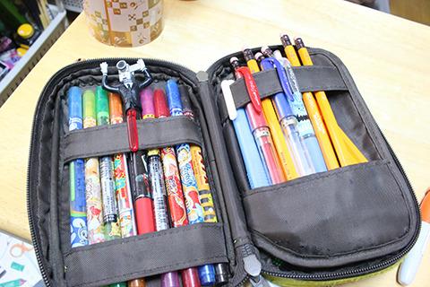 右は鉛筆、左は変なペンと匂い付きの色ペン。色ペン辺りはたぶん校則ギリギリのグレーゾーンとみた。