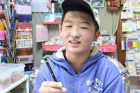 プレスマン(イチ推しの0.9mmシャーペン)を手に孤独を語る小学生。