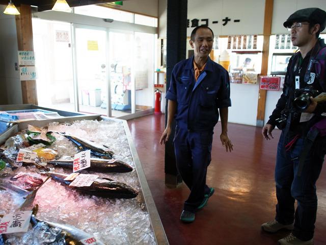 地元でとれた鮮魚を眺めながらサケトーク。