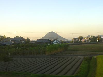 おなじみ讃岐富士(飯野山)の、ぽっこりした山容を眺めつつ。