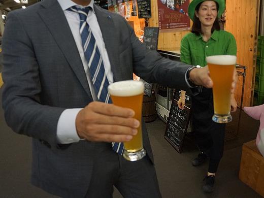 まだ取材も始まってないのにどうぞどうぞと薦めてくるこの方は(あまりに展開早くてピントがビールに合わず)。