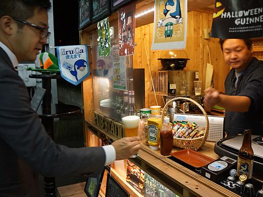 右が小林さん。社長と軽口を言い合いながらビールを供する。