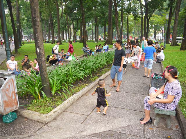 そして現代、活気あふれる公園の様子。