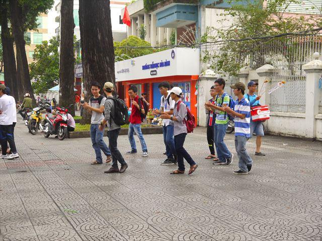 構わずダンスの練習にいそしむ青年たち。