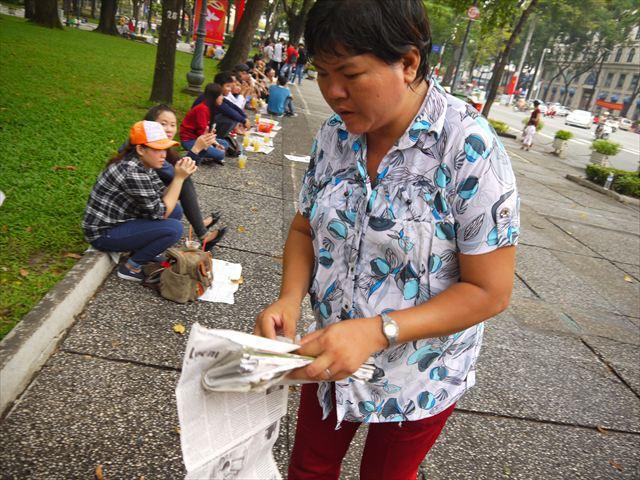 すぐにおばちゃんが駆け寄って新聞紙を持ってきた!