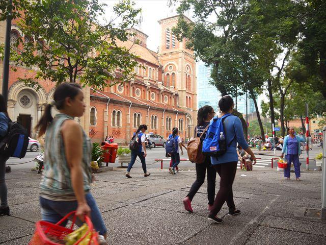 目の前にはサイゴン大教会、ひっきりなしに人が往来する。