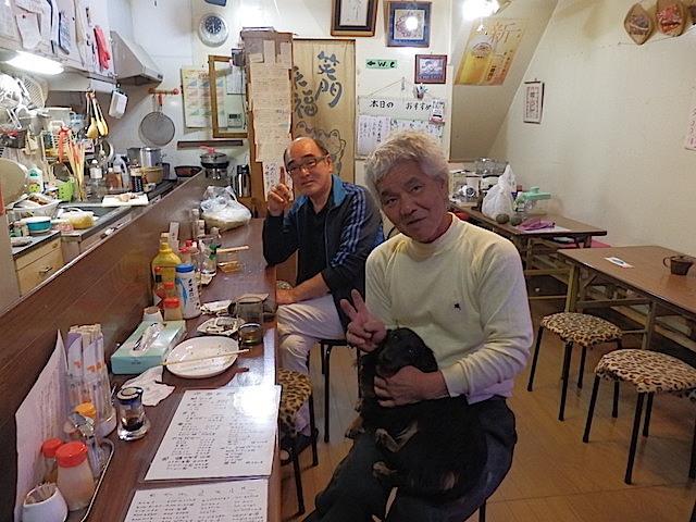 奥が常連の鈴木さん、手前がママのご主人