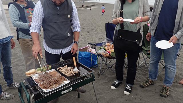 実は知り合いのバーベキューです。さすがに知らない人が焼いている肉に並んだりしない。