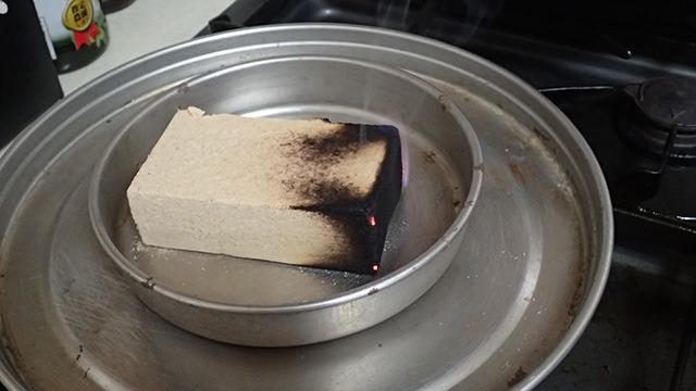 魚介類の燻製に適しているというナラの木のウッドチップに火を付けたら