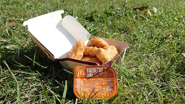 マクドナルドのバーベキュー味といえばこれ。チキンマックナゲット。ちなみに今回の「バベポ」はナゲットのバーベキューソースとは別の味らしいです。