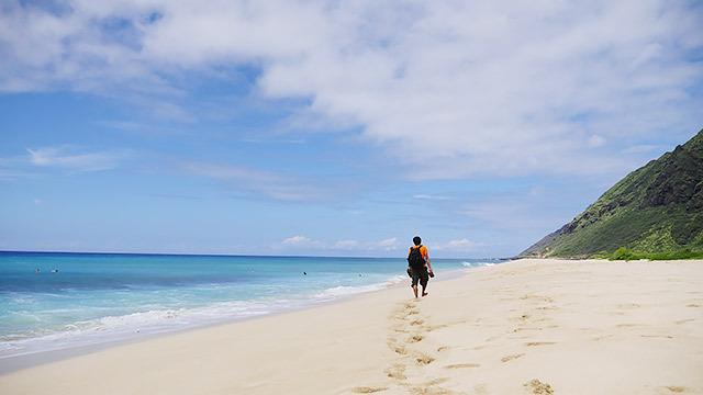浜辺を歩く