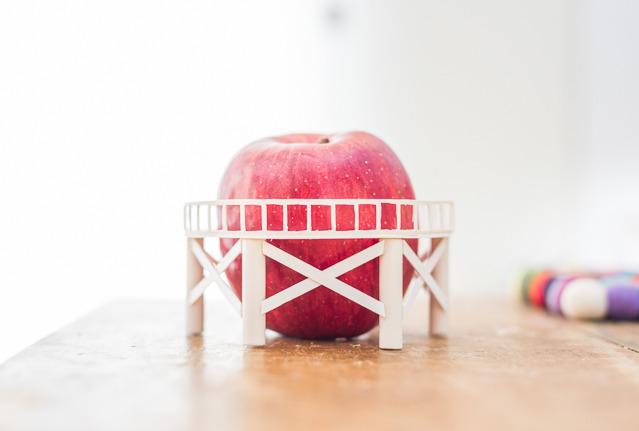 リンゴは生身のままテーブルに乗ってるだけだ。ガスホルダライザーはまるで接触していない。