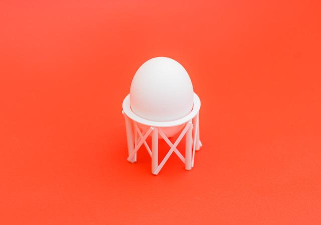 で、できたのがこれ。それなりにかわいいぞ。かわいいのでテーブルじゃなくて赤い椅子の上で撮影したぞ。