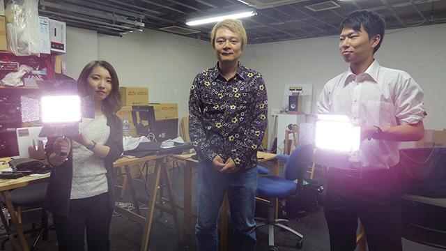 OJTでやって来たニフティの新人さん。宮森さん(写真左)と松元さん(写真右)。中央は長男。