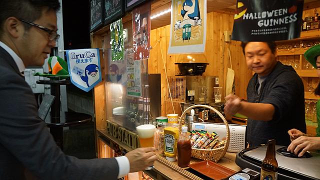 ビールはグラスのギネスや地ビールで、マスターは認定ギネスマスター。立ち飲みではなく完全にパブ。電車を見ながらソーセージほおばる贅沢よ。