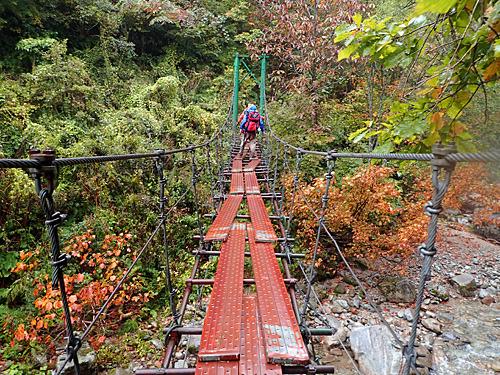 観光用ではない吊り橋をいくつも渡っていく。