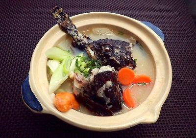 味噌仕立てのギスカジカ(だと思う)鍋。大根とじゃがいもはカジカ鍋に必須の具材だという。