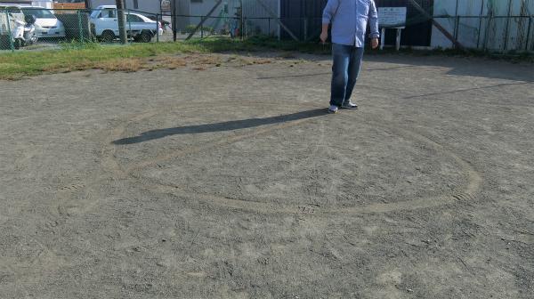 地面に模様を書いていく。