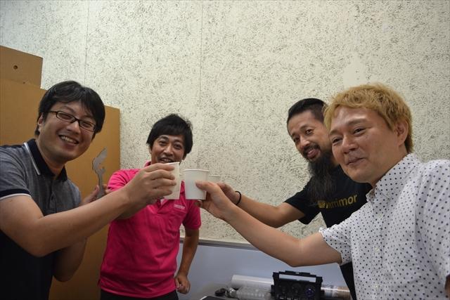 石川県の栓抜きの開栓を見届けた、横田さん、ウェブマスター、佐久間象山のそっくりさん。栓が抜けただけなのに、なぜか祝勝ムードに