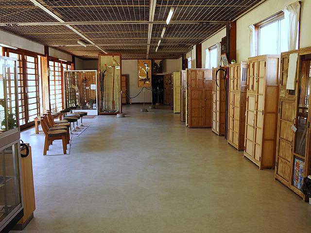 ガランと広いホールに、桐箪笥のような何かが並び居り。