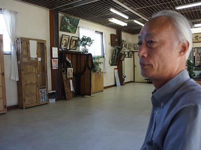 奥の壁に掲げたご尊父の写真にそっくりな、窪田さんだ。