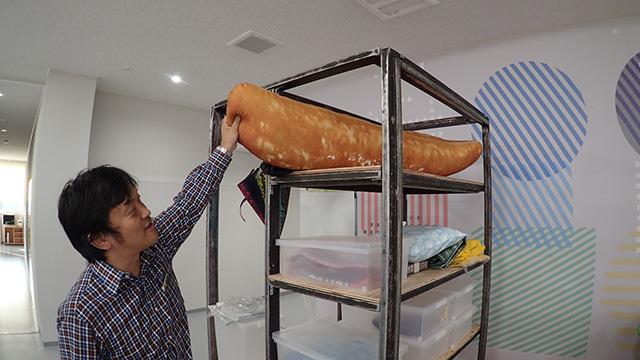 その巨大な柿の種のクッションは工場にじゃまそうに置かれていました。