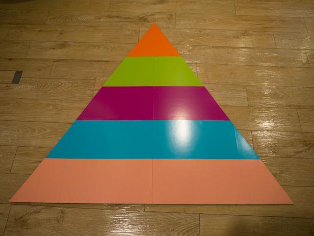 色使いが独特なのは、売られていた工作用紙にそのまま影響されただけである。