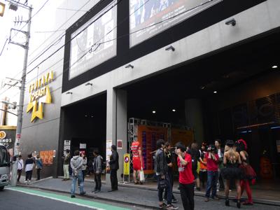 渋谷 O-EAST前。客のほとんどが仮装をしている