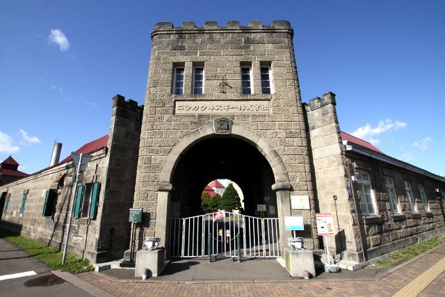 周り込んで辿り着いた正門。まるで城のようである