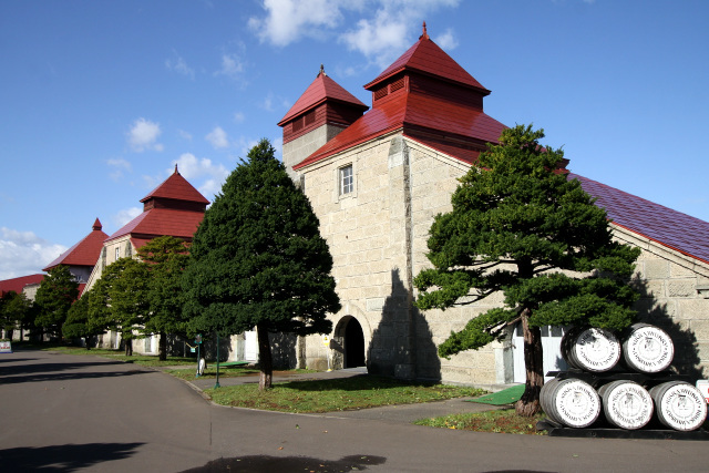 メルヘンな屋根が印象的な、巨大な石造の建造物である