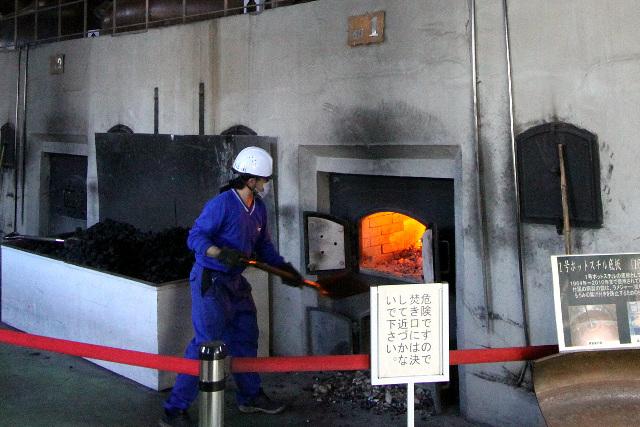 ちょうど炉に石炭をくべるところであった