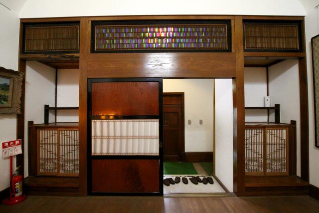 振り返ってみると、繊細な格子を多用した扉と床。不思議な感じの和洋折衷だ