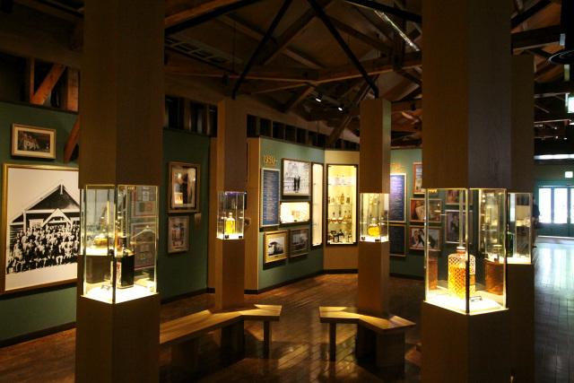 ウイスキーの製造工程や会社の歴史が展示されている