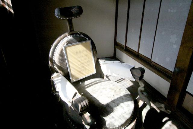 個人的にはこの古い散髪椅子が気に入った。家主専用だったそうだ