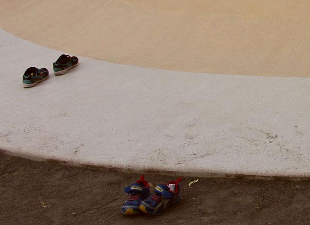 プリン山のまわりには子どもたちが靴を脱いでいた