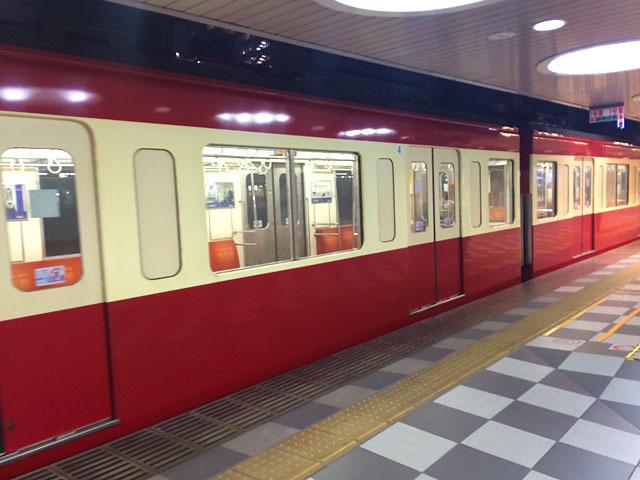 目の前に走りこむ電車。あれ……京急……?