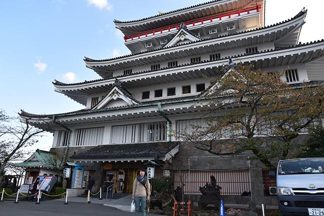 周遊バスで山の上へ移動し熱海城へ(900円)。なんと観光用に作られた城である。